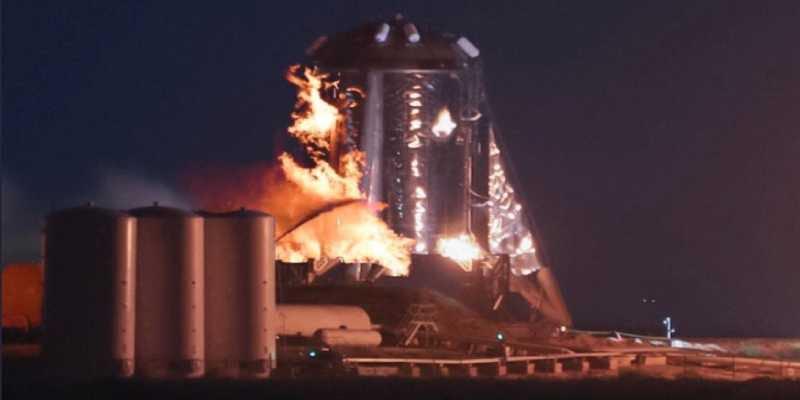 Starhopper envuelta en llamas durante una de sus últimas pruebas.