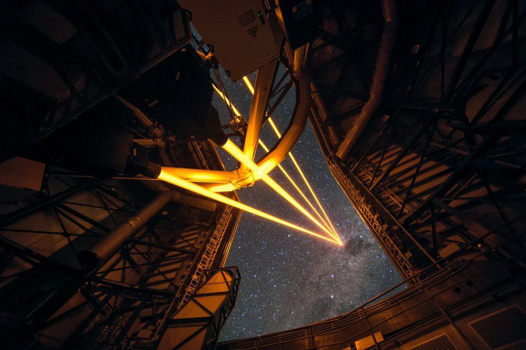 Gracias a un láser astronómico, los telescopios son capaces de deformarse para anular la aberración generada por la atmósfera