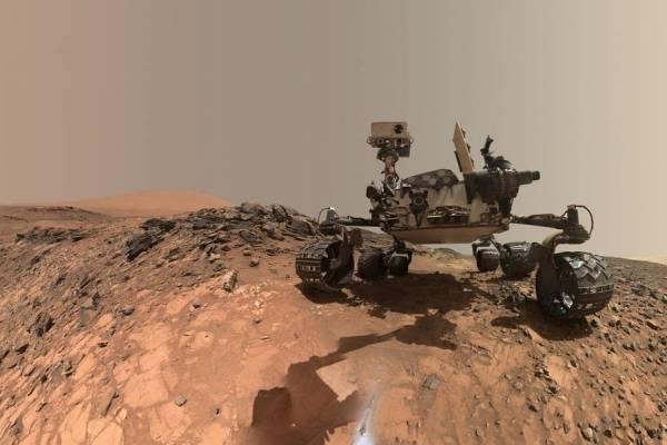 Fotografía tomada por el Rover Curiosity de la NASA desde la cámara de su brazo robótico. Créditos: NASA
