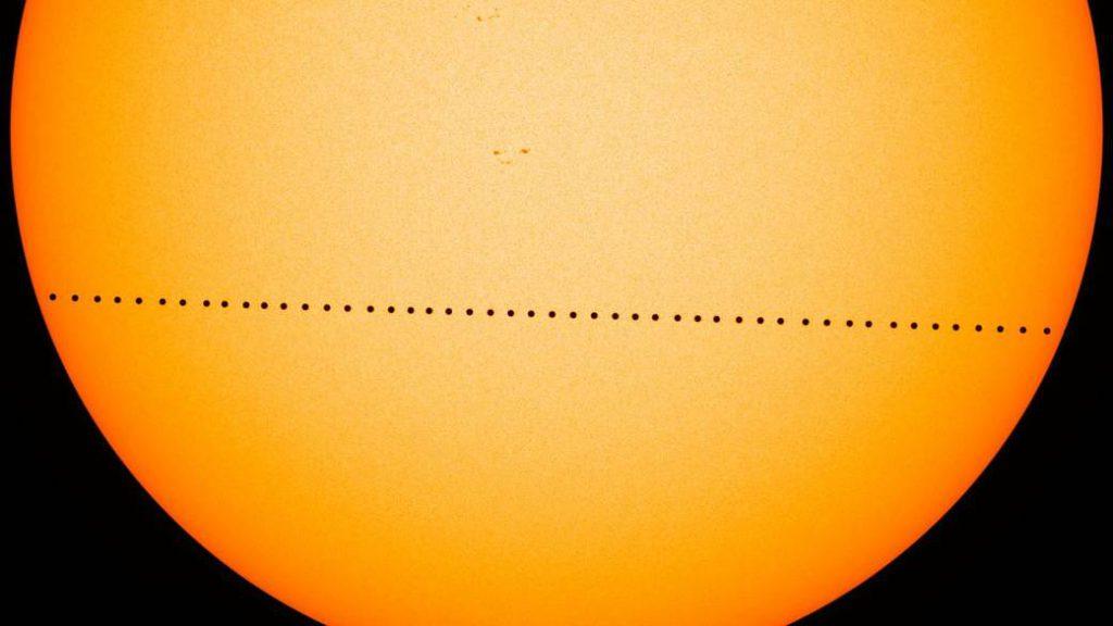Secuencia de imágenes tomadas durante un tránsito de Mercurio