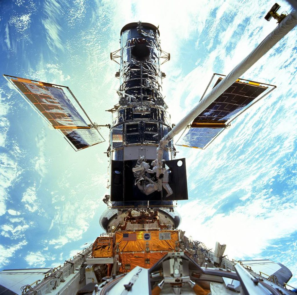 Despliegue del Telescopio Espacial Hubble desde la bahía de carga del Transbordador Espacial Discovery. Créditos: NASA.