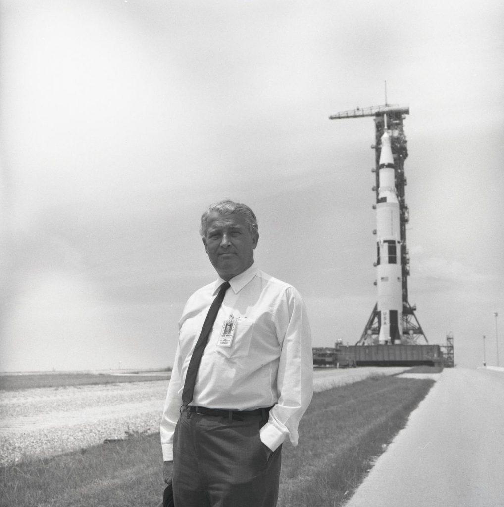 Wernher von Braun junto al cohete Saturno V