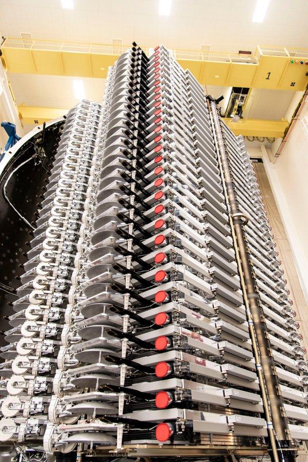 Columna de 60 satélites Starlink lista para su lanzamiento.