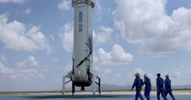 Los tripulantes del vuelo suborbital de Blue Origin junto al cohete donde lo realizaron